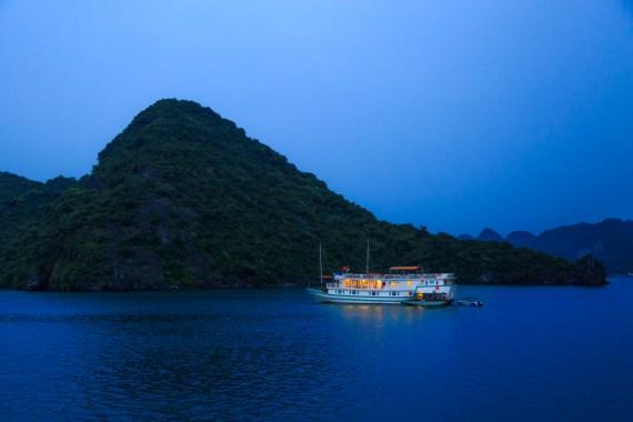 Du thuyền qua đêm